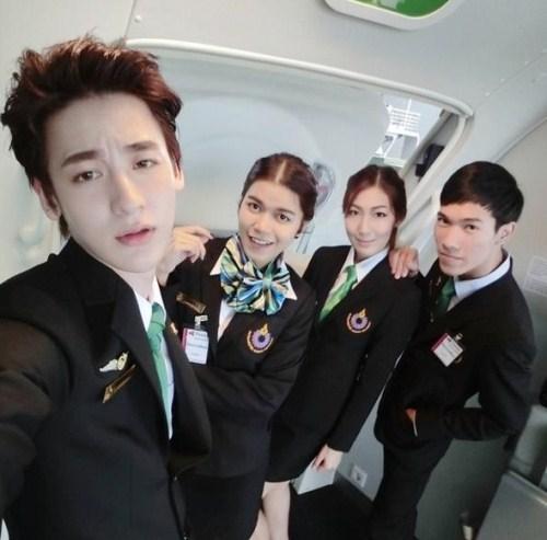 Vẻ đẹp không góc chết của mỹ nam bị nhầm là tiếp viên Vietnam Airlines-2