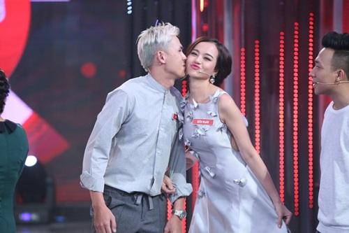 Hoàng Oanh, Á hậu Lệ Quyên liên tục được trai đẹp ôm hôn-6
