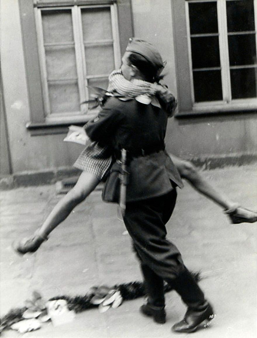 Rưng rưng xúc động loạt ảnh tình yêu thời chiến-9