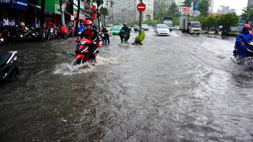 """Mưa 30 phút, người Sài Gòn lại bì lõm lội """"sông""""-2"""
