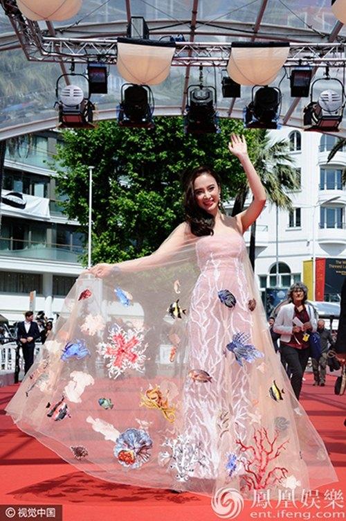 "angela phuong trinh len tieng truoc on ao ""quang bom"" tai cannes - 3"