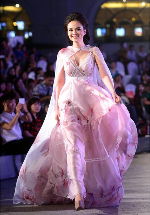 Hoa hậu Diễm Hương tự tin làm mẫu dù chỉ cao 1m71-4