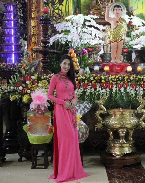 thuy tien dien ao dai len chua cung me va ong xa - 1