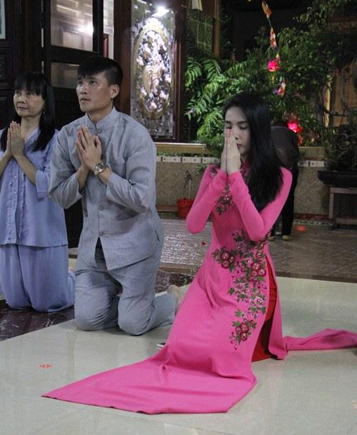 thuy tien dien ao dai len chua cung me va ong xa - 4