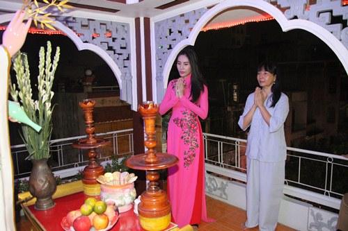 thuy tien dien ao dai len chua cung me va ong xa - 3