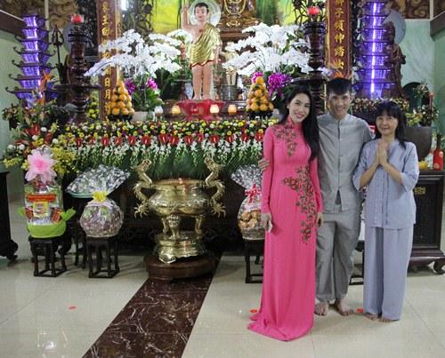 thuy tien dien ao dai len chua cung me va ong xa - 5