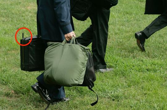 Ba vật bất ly thân của ông Obama khi công du-5