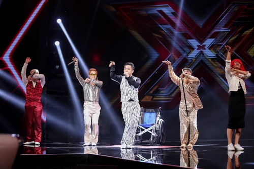 """3 cô gái """"mũm mĩm"""" khiến giám khảo X-Factor loại nhóm trai đẹp-7"""