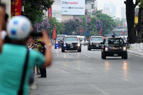 """Cận cảnh chiếc """"quái thú"""" chở TT Obama trên phố HN-1"""