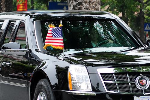 """Cận cảnh chiếc """"quái thú"""" chở TT Obama trên phố HN-6"""