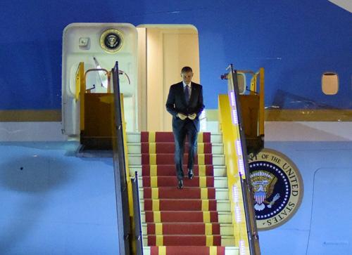 """Khoảnh khắc ông Obama rời Không lực một, lên """"quái thú""""-1"""