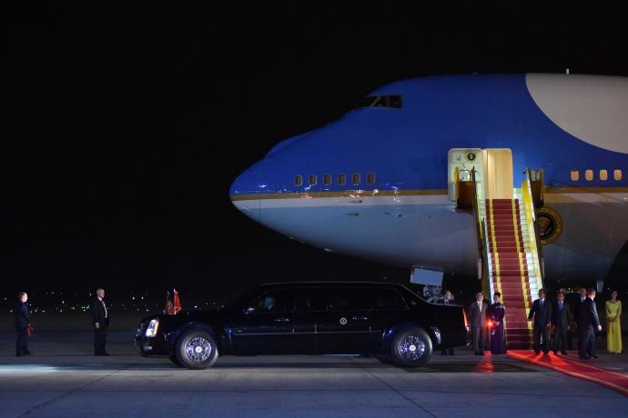 """Khoảnh khắc ông Obama rời Không lực một, lên """"quái thú""""-12"""
