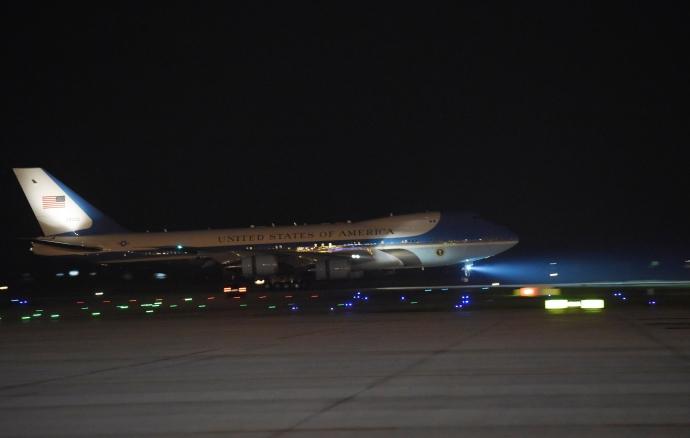 """Khoảnh khắc ông Obama rời Không lực một, lên """"quái thú""""-4"""
