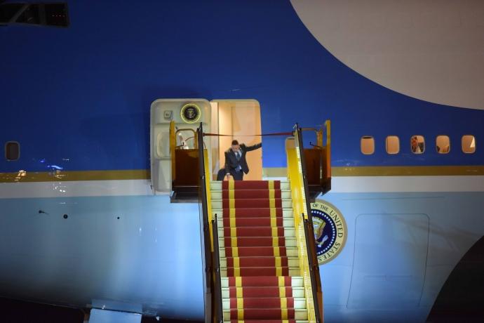 """Khoảnh khắc ông Obama rời Không lực một, lên """"quái thú""""-8"""