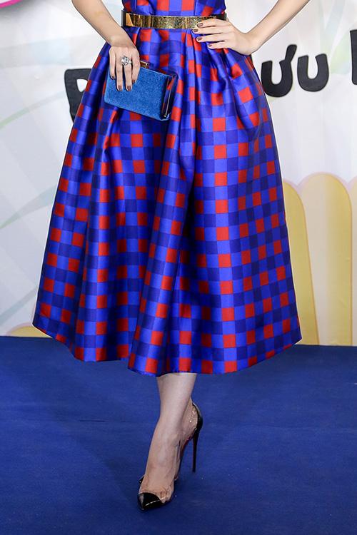 Linh Nga khoe làn da trắng sứ trong chiếc váy caro xanh lam-4