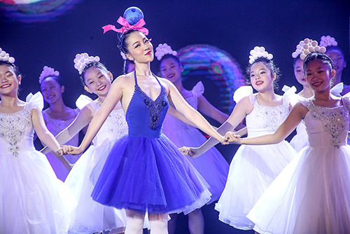 Linh Nga khoe làn da trắng sứ trong chiếc váy caro xanh lam-7