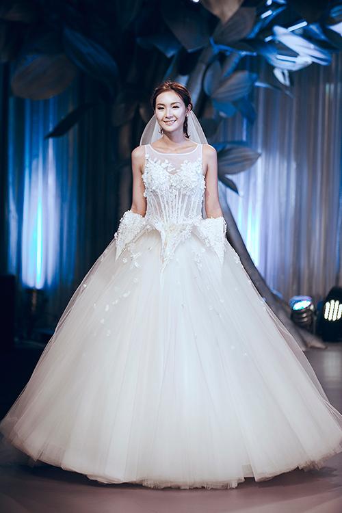 Minh Tú lộng lẫy với váy cưới đính 10 ngàn viên đá swarosky-12