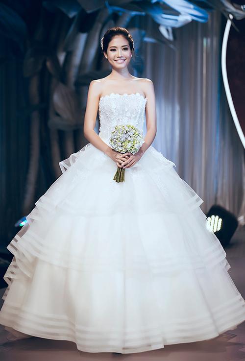 Minh Tú lộng lẫy với váy cưới đính 10 ngàn viên đá swarosky-19