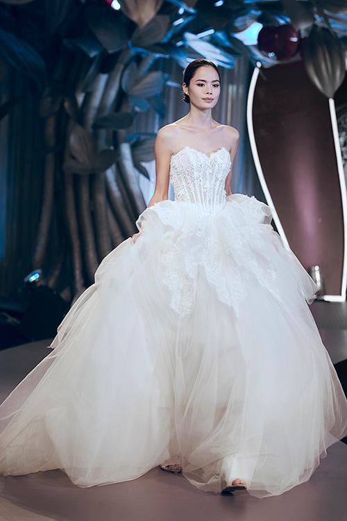 Minh Tú lộng lẫy với váy cưới đính 10 ngàn viên đá swarosky-16