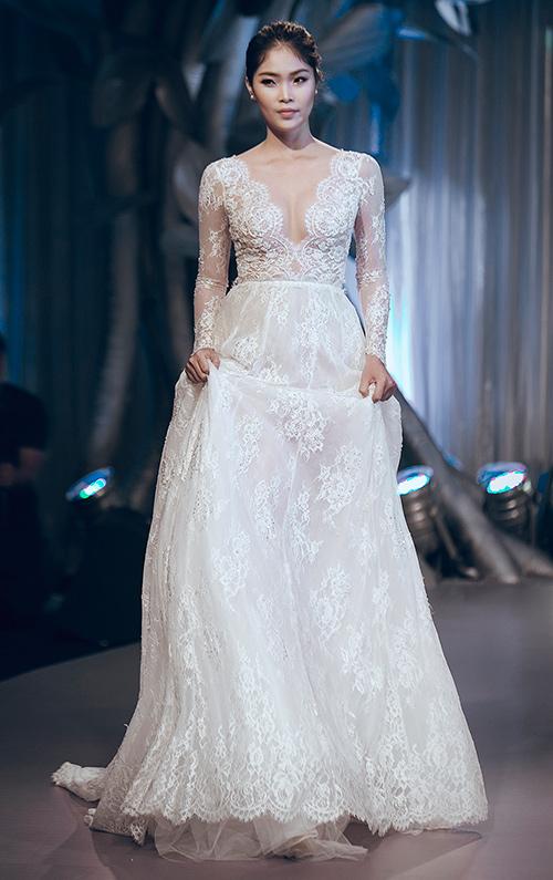 Minh Tú lộng lẫy với váy cưới đính 10 ngàn viên đá swarosky-17