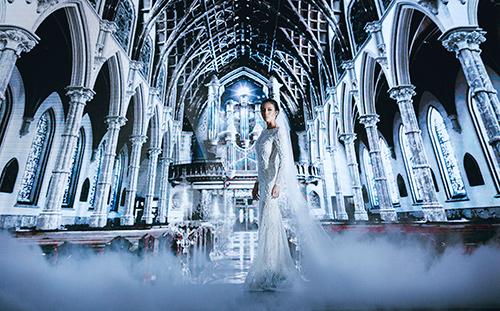 Minh Tú lộng lẫy với váy cưới đính 10 ngàn viên đá swarosky-1