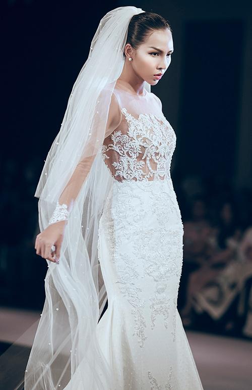 Minh Tú lộng lẫy với váy cưới đính 10 ngàn viên đá swarosky-7