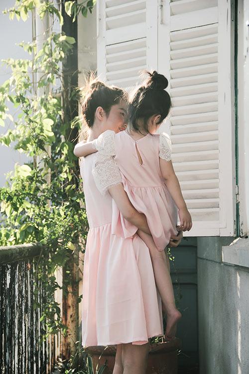 10 mẫu váy đôi ngọt ngào cho mẹ diện chung với con gái-2