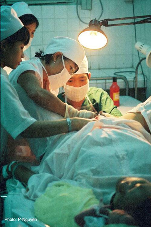 Bộ ảnh đẻ thường độc đáo của mẹ Việt năm 2000-3