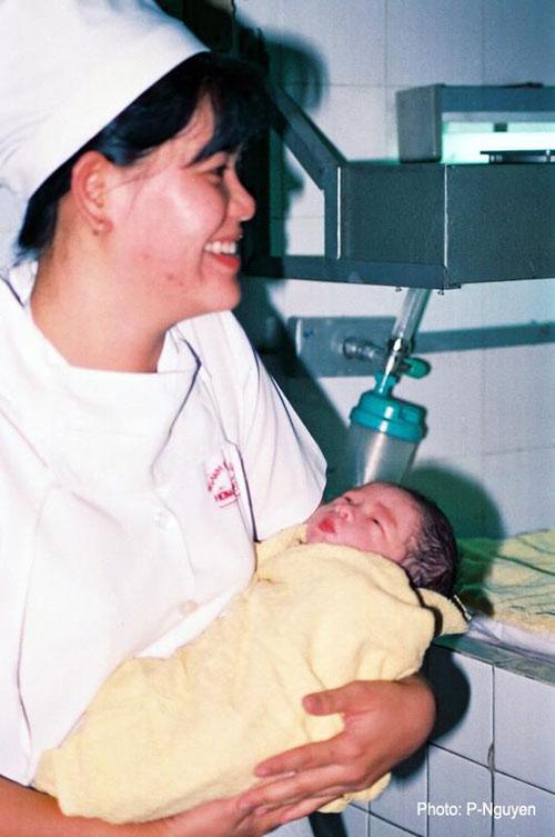 Bộ ảnh đẻ thường độc đáo của mẹ Việt năm 2000-14
