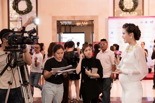 Á hậu Diễm Trang tự tin khoe bụng bầu 5 tháng tại sự kiện-7