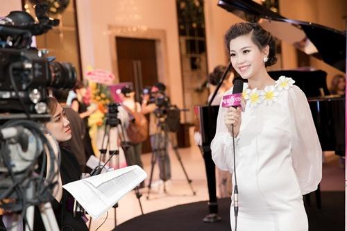 Á hậu Diễm Trang tự tin khoe bụng bầu 5 tháng tại sự kiện-8