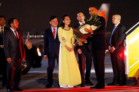 Cô gái vinh dự tặng hoa cho tổng thống Obama ở Tân Sơn Nhất-4