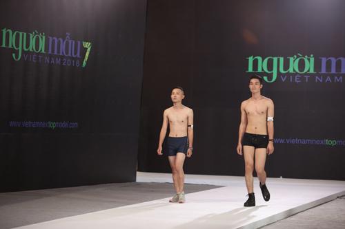 VNTM 2016: Cười ngất xem thí sinh lăn lê trên sàn diễn-17