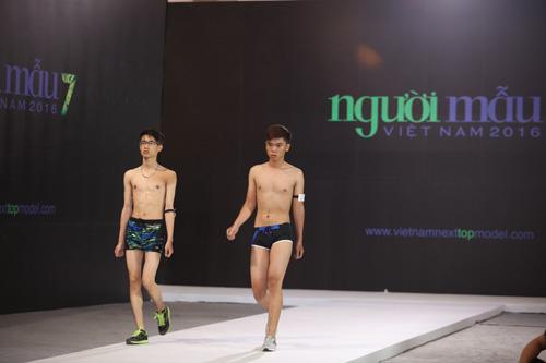 VNTM 2016: Cười ngất xem thí sinh lăn lê trên sàn diễn-19
