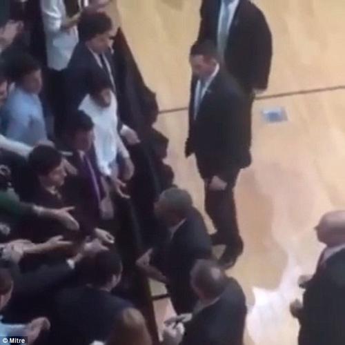 Những lần ông Obama tháo nhẫn để bắt tay gây tranh cãi-4