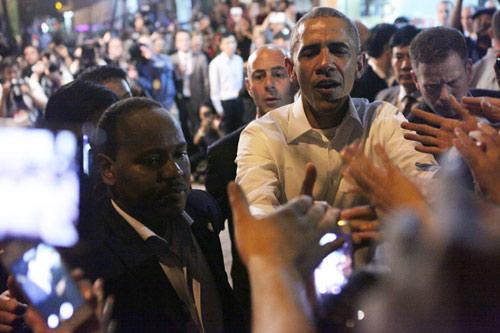 Những lần ông Obama tháo nhẫn để bắt tay gây tranh cãi-3
