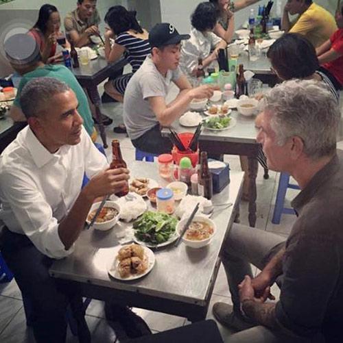 """Chủ quán bún chả: """"Tay ông Obama rất ấm nóng và mềm""""-1"""