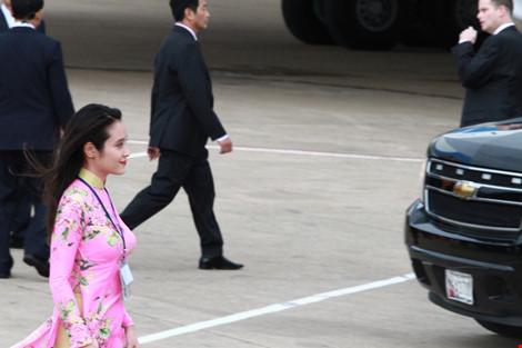 Cô gái vinh dự tặng hoa cho tổng thống Obama ở Tân Sơn Nhất-1