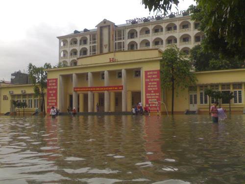 ĐH Thương mại hoãn thi vì nước ngập sân trường-1