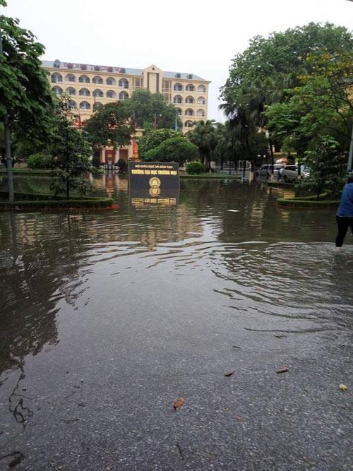 ĐH Thương mại hoãn thi vì nước ngập sân trường-4