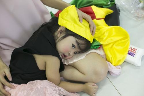 xuan lan to son lam dieu cho con gai tai truong mam non - 4