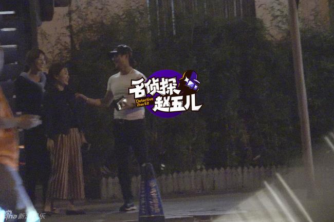 showbiz 24/7: bat gap chong chuong tu di di choi cung gai la - 1