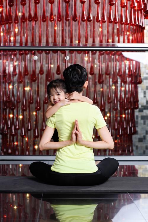 con gai xuan lan cuc dang yeu khi tap yoga cung me - 8