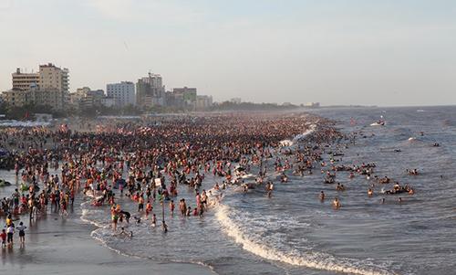 """Bãi biển Sầm Sơn """"nêm chặt"""" người ngày nóng đỉnh điểm-1"""