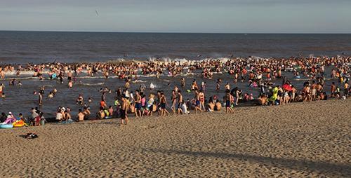 """Bãi biển Sầm Sơn """"nêm chặt"""" người ngày nóng đỉnh điểm-4"""