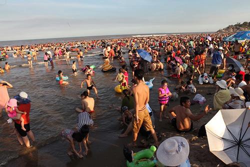 """Bãi biển Sầm Sơn """"nêm chặt"""" người ngày nóng đỉnh điểm-5"""