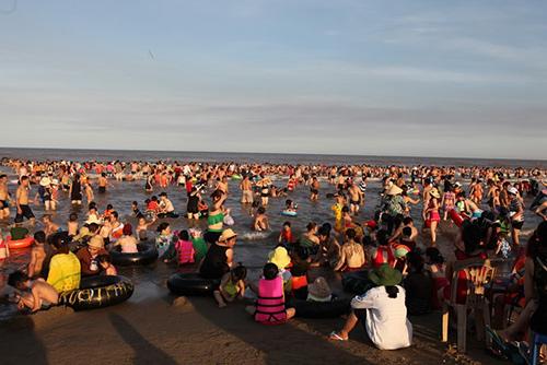 """Bãi biển Sầm Sơn """"nêm chặt"""" người ngày nóng đỉnh điểm-6"""