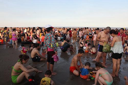 """Bãi biển Sầm Sơn """"nêm chặt"""" người ngày nóng đỉnh điểm-7"""