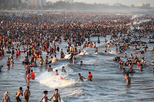 """Bãi biển Sầm Sơn """"nêm chặt"""" người ngày nóng đỉnh điểm-9"""