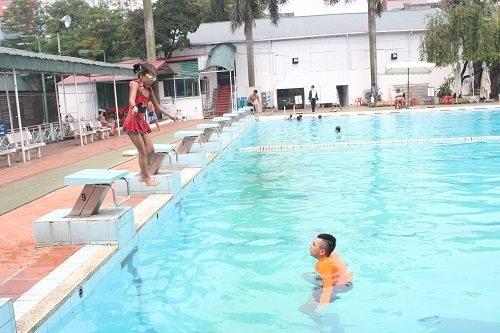 Bố mẹ vô tình hại con vì cho đi bơi phản khoa học-1